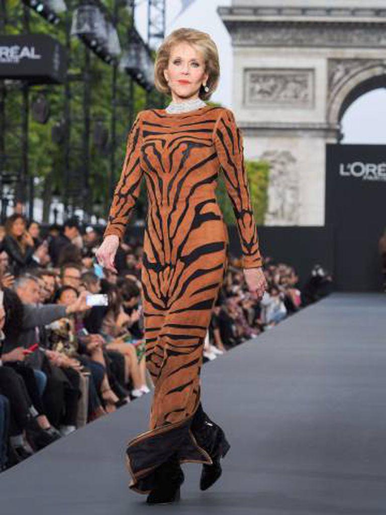 A atriz Jane Fonda no desfile da L'Oreal em Paris em outubro.