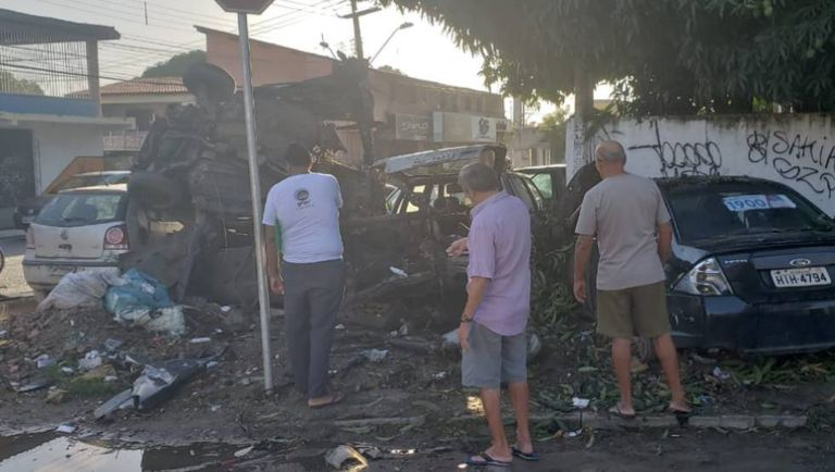 Veículo que foi explodido ao lado da 27ª Delegacia de Polícia em Fortaleza.