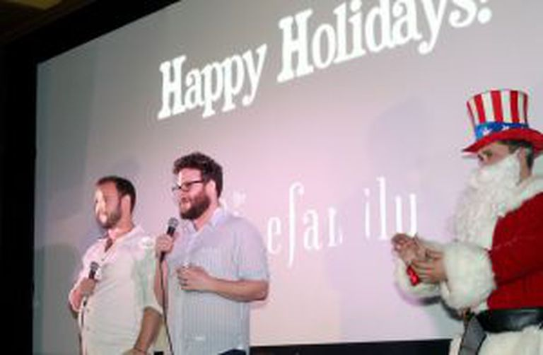 Evan Goldberg (esquerda), codiretor de A Entrevista, e Seth Rogen, coprotagonista e codiretor, antes de uma das exibições do filme, em sala em Los Angeles.