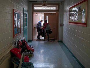 Voluntário ajuda imigrante em Las Cruces (Novo México, EUA) na última sexta-feira.