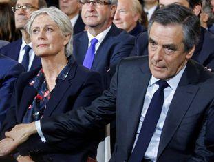 Fillon e sua esposa neste domingo, em Paris.