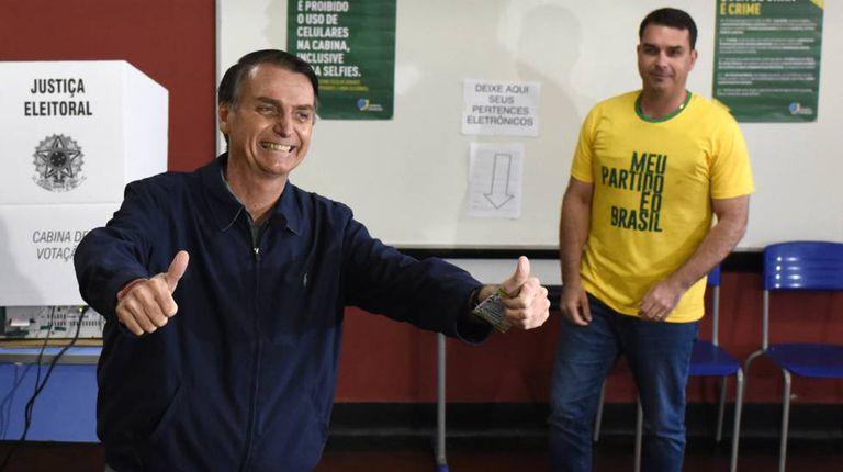 Jair Bolsonaro depois de votar no primeiro turno das eleições.