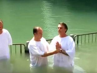 Bolsonaro é batizado no rio Jordão, em Israel, em maio de 2016