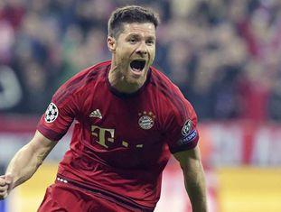 Xabi Alonso comemora um gol pelo Bayern.
