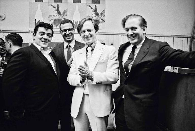 Tom Wolfe durante a festa de apresentação de 'New York Magazine' em novembro de 1967 com (de esquerda a direita) o jornalista Jimmy Breslin, o redator chefe George Hirsch e o fundador Clay Felker