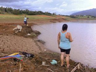 População aproveita para pescar à margem da Represa do Jaguari.
