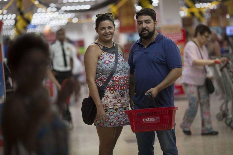 Priscila Galhardo e Zalor Martins, pais de uma criança de um ano, fazem a compra juntos.