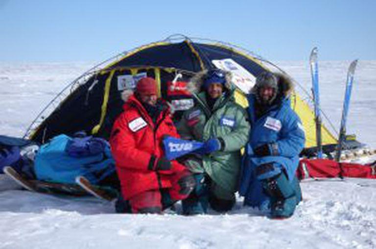 A expedição espanhola liderada por Ramón Larramendi (à esq.), depois de alcançar, em 2005, o ponto mais interior da Antártida