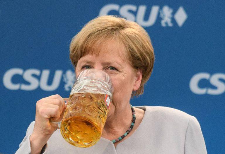 Angela Merkel se refresca depois de discursar em um ato da CSU