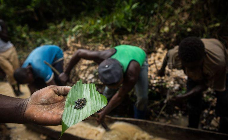Mineiros abrindo uma nova mina em Biambwe (Kivu Norte).