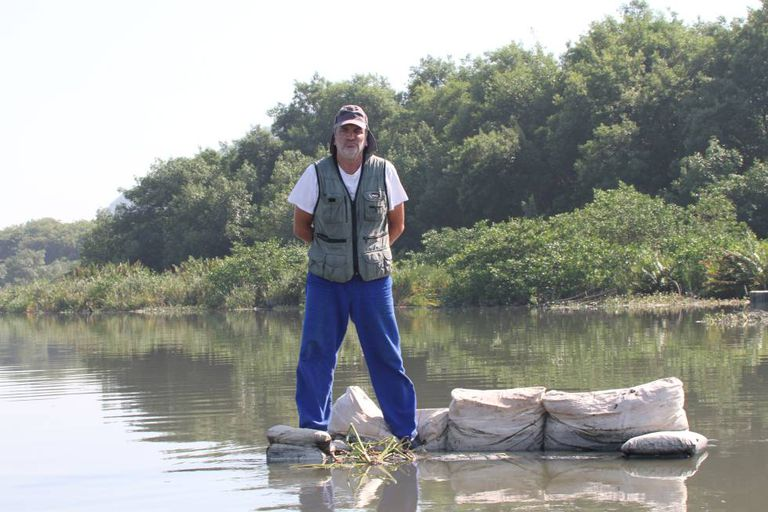 O biólogo Mario Moscatelli, nas aguas poluídas da lagoa da Tijuca.