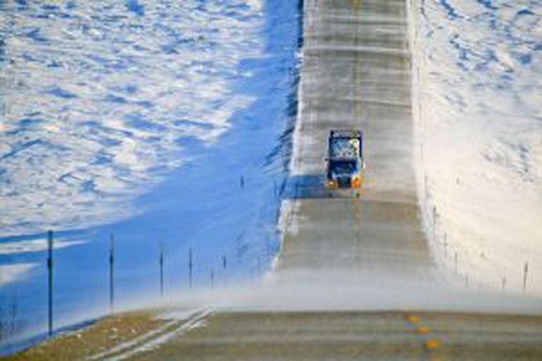 Um caminhão circulando no inverno pela James Dalton Highway, no Alasca.