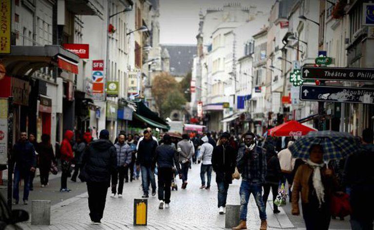Rua do bairro de Saint-Denis, em Paris, no sábado.