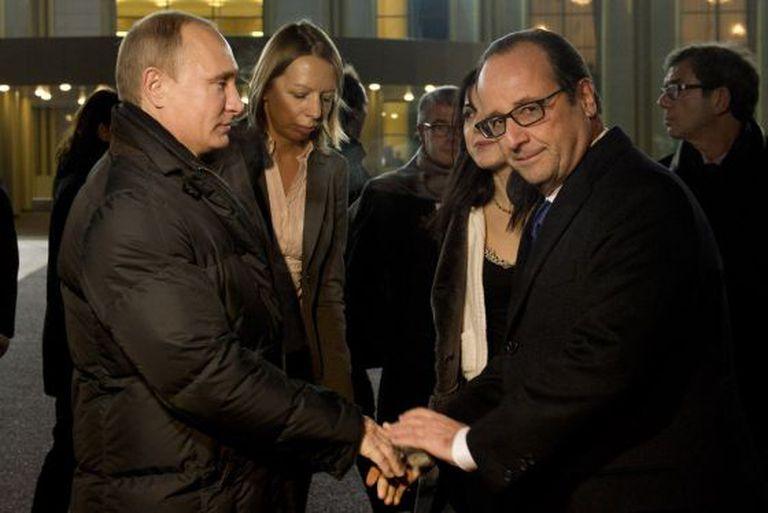 Putin se despede de Hollande após a reunião em Moscou.