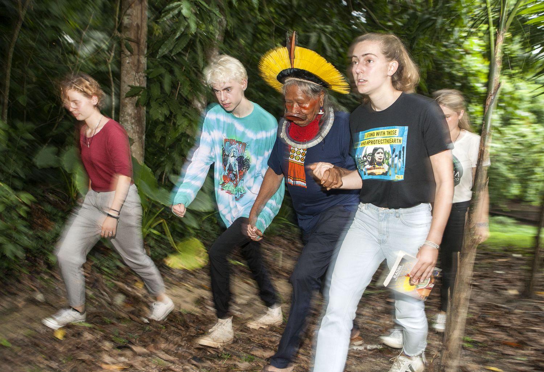 Raoni com os jovens ativistas climáticos da Bélgica e da Inglaterra, que ser reuniram no encontro Amazônia Centro do Mundo para fazer uma aliança global pela floresta.