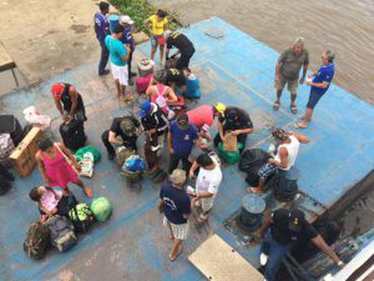 O trabalho da Polícia Federal na cidade de Óbidos para revistar as bagagens.