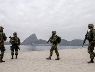 Fuzileiros navais treinam em praia carioca.