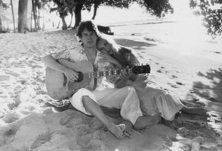 Mick Jagger e Jerry Hall em 1983, em Barbados. Eles se casaram em 1990 e se divorciaram em 1999. Têm quatro filhos juntos. Recentemente 2016, Hall se casou com o empresário Rupert Murdoch.