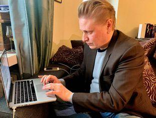 O jornalista e escritor Tuomas Muraja, trabalhando em sua casa em Helsinque.
