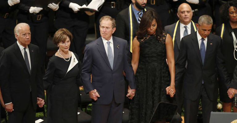 De esquerda a direita, Joe Biden, Laura Bush, George Bush, Michelle Obama e Barack Obama, no funeral de Dallas.