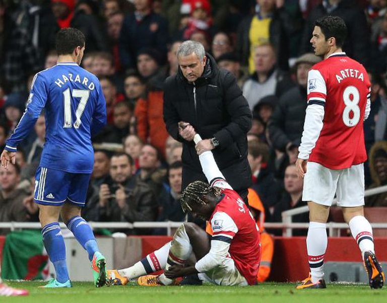 Mourinho ajuda Bacary Sagna, jogador do Arsenal, a se levantar.
