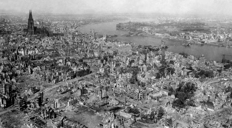 Foto da cidade de Colônia, com sua catedral ao fundo, depois do último bombardeio em 24 de abril de 1945.