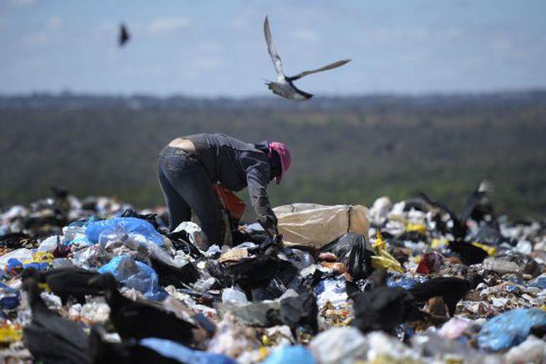 Catador em um lixão brasileiro.