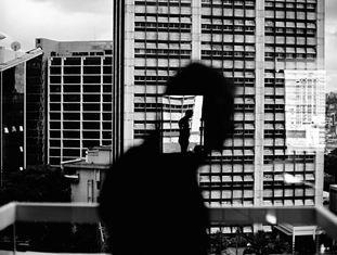 'Reflexo em uma janela de Altamira' (Caracas), do fotógrafo Christopher Anderson.