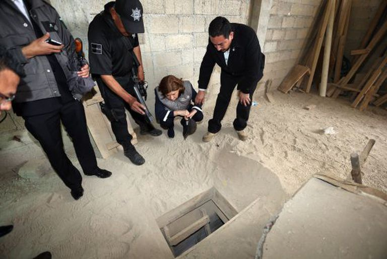 O promotor geral de México observa o túnel pelo que escapou O Chapo.