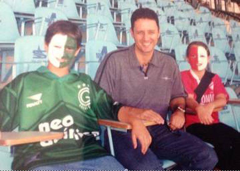 Pai de três filhos, Valério (centro) tinha o costume de levá-los ao estádio Serra Dourada.