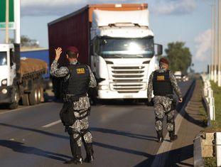 Soldados tentam desobstruir bloqueios de caminhoneiros.