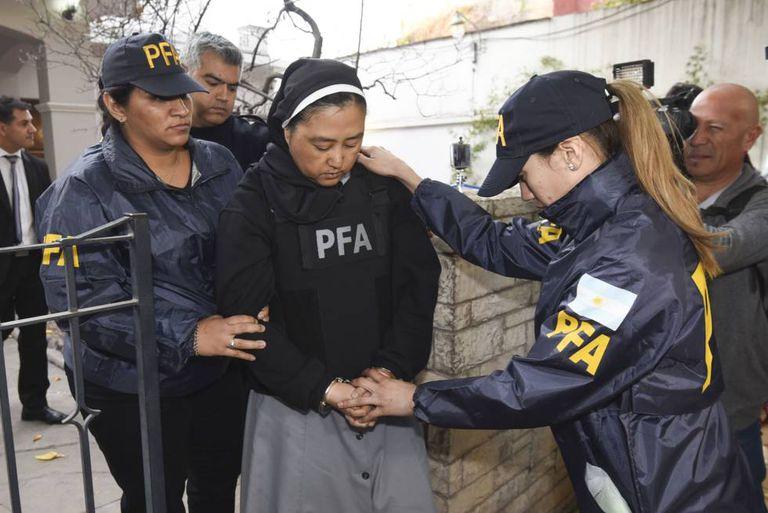 A freira Kumiko Kosaka chega ao tribunal de Mendoza, onde foi interrogada.
