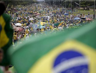 Manifestações contra Dilma em Brasília, neste domingo.