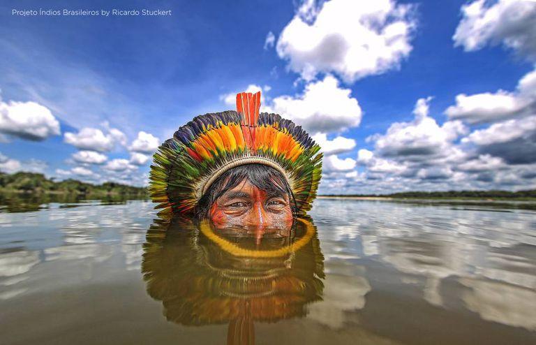 Índio Kaiapó no rio Xingu.