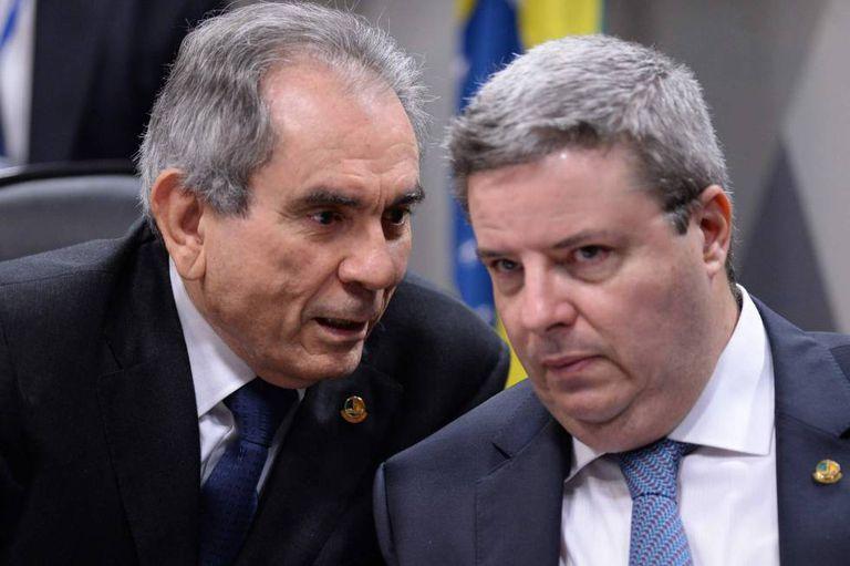 Senadores Raimundo Lira e Antonio Anastasia durante a Comissão do impeachment no Senado.