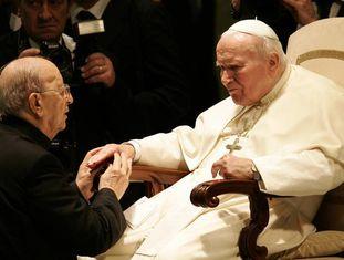 João Paulo II recebe Marcial Maciel no Vaticano, em 30 de novembro de 2004.