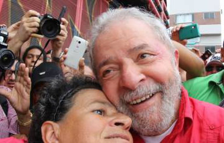 O ex-presidente abraça simpatizante.