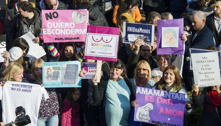 """""""Não quero me esconder"""" e """"Amamentar é dar amor"""" são algumas das frases que apareciam nos cartazes levados pelas mulheres que participaram da manifestação em Buenos Aires."""