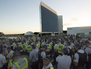 Policiais protegem a entrada do Tribunal Superior Eleitoral (TSE), onde ministros começam a julgar se a chapa Dilma-Temer é culpada ou inocente dos delitos de abuso de poder político e econômico durante a eleição presidencial de 2014, quando foi a vencedora