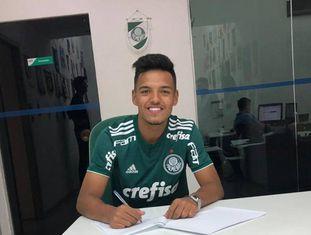 Gabriel Menino renovou seu contrato com o Palmeiras em outubro do ano passado.