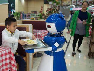 Robô garçom em um restaurante em Kunshan (China), em maio de 2016, onde trabalha um total de 10 androides.