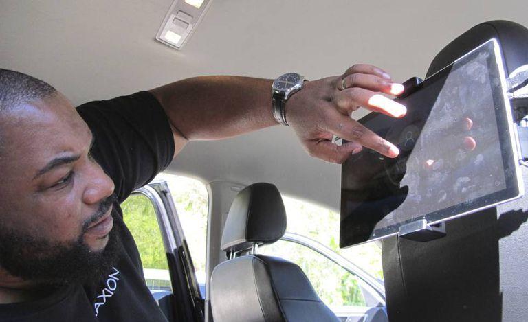 Pesquisador da Universidade da Califórnia inicia programa que auxilia cegos a interagirem com carro autônomo.