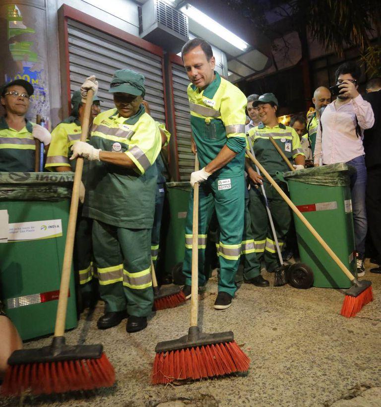 Um dia após a posse, João Doria se vestiu de Gari e começou a segunda-feira varrendo um trecho da avenida Nove de Junho, no centro de São Paulo.
