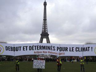 Ativistas com faixa por um acordo neste sábado em Paris.