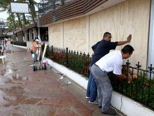 Moradores de Puerto Vallarta blindam janelas.