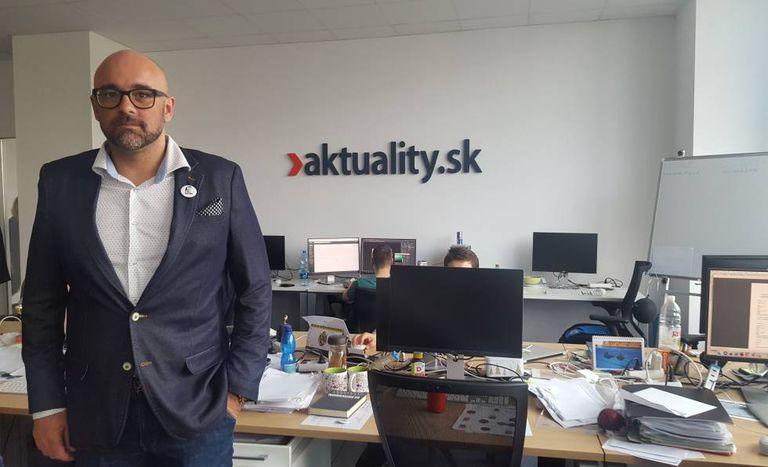 Peter Bardy, diretor do Aktualitaty.sk, em frente à mesa de trabalho de Kuciak