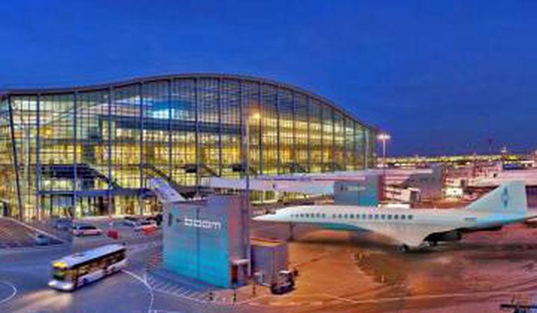 Imagem do avião Boom no aeroporto de Heathrow, de Londres.