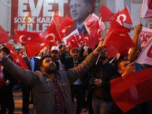 Cidadãos turcos votam no referendo constitucional deste domingo em Ancara.