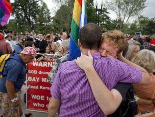 Ativistas LGBT celebram vitória diante da Suprema Corte em Washington.