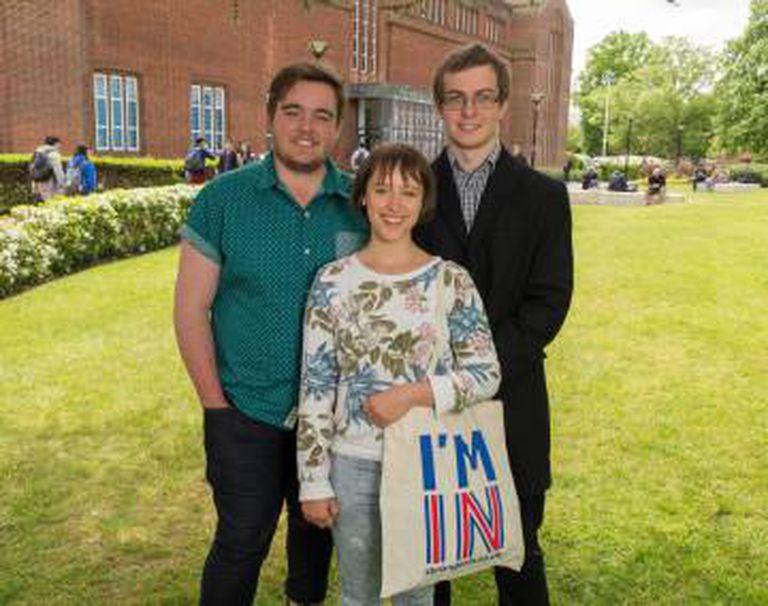 Os estudantes Michael Cooper, Leila Scola e Kieren Brown, na Universidade de Southampton.
